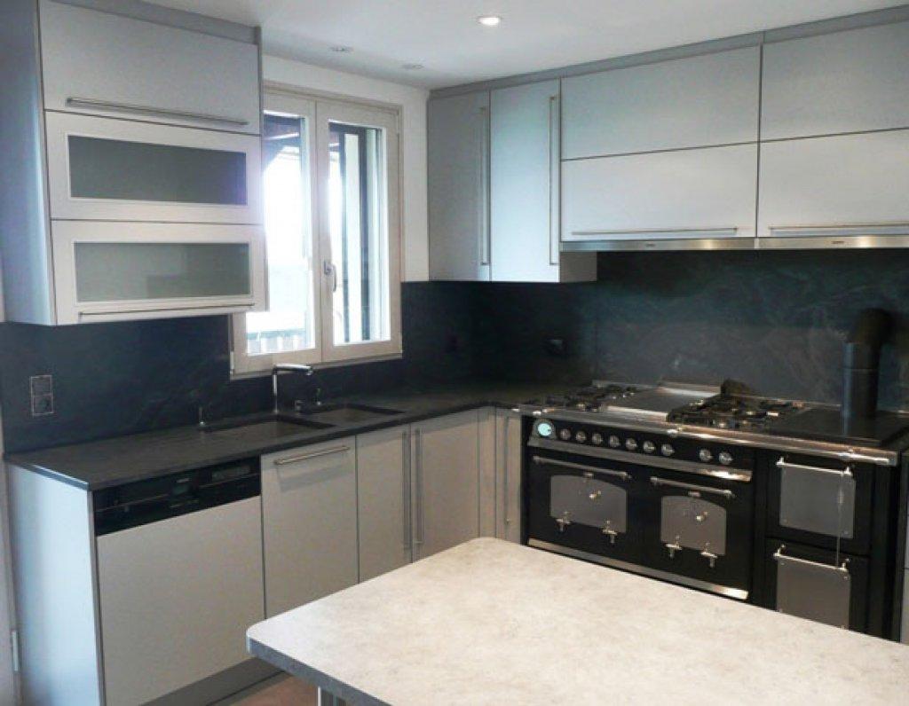 amenagement cuisine avec piano de cuisson piano de cuisine bleu ide amnagement cuisine moderne. Black Bedroom Furniture Sets. Home Design Ideas